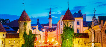Tallinn, Estónia Ideia da noite da porta de Viru - da arquitetura velha da cidade da parte capital estônio Fotos de Stock Royalty Free