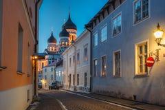 Tallinn, Estónia Opinião da noite da rua de Alexander Nevsky Cathedral From Piiskopi foto de stock