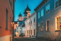 Tallinn, Estónia Opinião da noite da rua de Alexander Nevsky Cathedral From Piiskopi A catedral ortodoxo é Tallinn fotos de stock royalty free