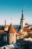Tallinn, Estónia Peça da parede da cidade de Tallinn com torres, no Fotografia de Stock Royalty Free