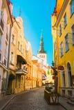 Tallinn, Estónia Vista da rua estreita no céu de Sunny Summer Day Under Blue imagem de stock royalty free