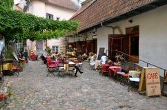 TALLINN/ESTÔNIA - 21 de julho de 2013: Terraço do verão do café e do chocolaterie tradicionais na cidade histórica de Tallinn Fotos de Stock Royalty Free