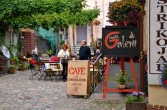 TALLINN/ESTÔNIA - 21 de julho de 2013: Terraço do verão do café e do chocolaterie tradicionais na cidade histórica de Tallinn Imagem de Stock Royalty Free