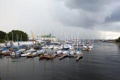 TALLINN, ESTÔNIA 7 DE SETEMBRO DE 2015: Estacionamento de embarcações pequenas do tamanho, iate no porto de Tallinn Pirita e Kale Fotografia de Stock