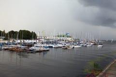 TALLINN, ESTÔNIA 7 DE SETEMBRO DE 2015: Estacionamento de embarcações pequenas do tamanho, iate no porto de Tallinn Pirita e Kale Fotografia de Stock Royalty Free