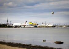 TALLINN, ESTÔNIA 7 DE SETEMBRO DE 2015: Navio de cruzeiros no porto com cidade velha e balão no fundo Foto de Stock