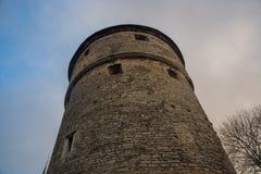 Tallinn, Estônia: Kiek em de Kok Museu e em túneis do bastião na parede defensiva medieval da cidade de Tallinn Local do patrimón imagem de stock