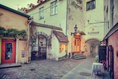 Tallinn, Estônia - 30 de maio de 2016: rua medieval em Riga, Letónia Imagens de Stock