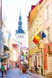 TALLINN, ESTLAND - AUGUSTUS 9.2014: Het lopen van straat aan kerk in oude stad royalty-vrije stock afbeeldingen