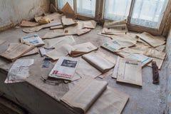 TALLINN, ESTLAND - AUGUSTUS 23, 2016: Oude boeken in de bibliotheek van de overzeese van Patarei vroegere vesting en gevangenis i stock foto