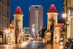 Tallinn, Estland Berühmtes Markstein Viru-Tor in der Straßenbeleuchtung an der Abend-oder Nachtbeleuchtung Stockbild