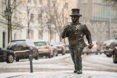 Tallinn, Estland Bronsstandbeeld van Lucky Happy Chimney Sweep With Sommige Bronsvoetstappen royalty-vrije stock foto