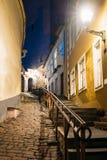 Tallinn, Estland De avondmening van Korte Beenstraat windt Pe stock foto