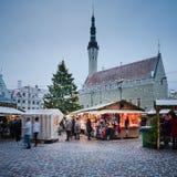 TALLINN ESTLAND — DECEMBER 08: Folket tycker om julmarknaden Royaltyfri Fotografi