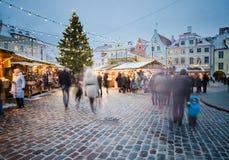 TALLINN ESTLAND — DECEMBER 08: Folket tycker om julmarknaden Arkivfoton