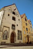 TALLINN, ESTLAND - Drie Zusters beroemde middeleeuwse gebouwen in Pikk-straat Stock Foto's