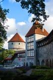 TALLINN ESTLAND - JULI 22, 2015: Fästningen står högt i mitten av Tallinn den gamla staden Royaltyfria Foton