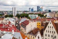 Tallinn Estland - 7 Juli 2015 Röda belade med tegel tak, gator och affärsbyggnader av den gamla staden Royaltyfri Bild