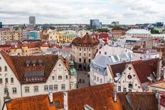 Tallinn Estland - 7 Juli 2015 Röda belade med tegel tak, gator och affärsbyggnader av den gamla staden Arkivfoto