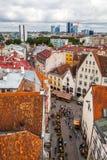 Tallinn, Estland - 7. Juli 2015 Rote mit Ziegeln gedeckte Dächer, Straßen und Geschäftsgebäude der alten Stadt Lizenzfreie Stockbilder