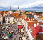 Tallinn Estland - 7 Juli 2015 Tallinn stad Hall Square på nationell sommarferie av estonian hantverkare Fotografering för Bildbyråer
