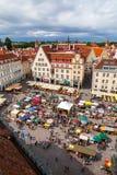 Tallinn Estland - 7 Juli 2015 Tallinn stad Hall Square på nationell sommarferie av estonian hantverkare Arkivfoto
