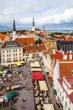 Tallinn Estland - 7 Juli 2015 Tallinn stad Hall Square på nationell sommarferie av estonian hantverkare Arkivbild