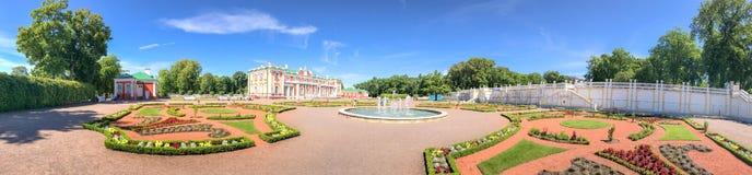 TALLINN, ESTLAND - 15. JULI 2017: Touristenbesuch Kadriorg-Schloss lizenzfreies stockbild