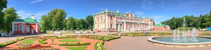 TALLINN ESTLAND - JULI 15, 2017: TuristbesökKadriorg slott Royaltyfria Foton