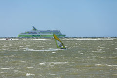 Tallinn, Estland 10 JULI: Wind die in Oostzee surfen Tallinn, Stock Foto's