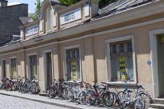 TALLINN, ESTLAND 17. JUNI - 2012: Die Herberge und ist viele Fahrräder in der alten Stadt von Tallinn, Estland Stockbild