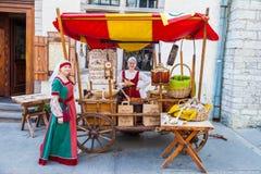Tallinn Estland - Juni 2, 2016: Flickor i medeltida klänningar Royaltyfria Foton
