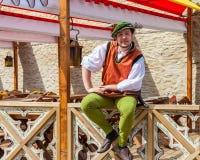 Tallinn Estland - Juni 2, 2016: man i medeltida kläder i Tallinn Royaltyfria Bilder