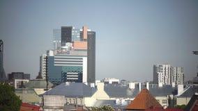 TALLINN, ESTLAND 17 JUNI: Mening van de moderne hoge stijgingsgebouwen op grens met een oud deel van de stad op 17 Juni stock videobeelden