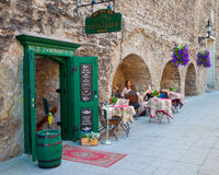 TALLINN, ESTLAND - JUNI 03, 2016: In openlucht koffie in Tallinn Stock Foto