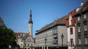 TALLINN, ESTLAND 17 JUNI, 2012: Oude huizen op de Oude stadsstraten tallinn Estland stock footage
