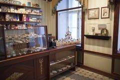 TALLINN ESTLAND JUNI 17: Shoppa på museet av marzipans på Juni 17, 2012 i Tallinn, Estland Royaltyfri Bild