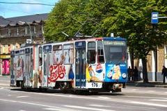 TALLINN ESTLAND - Juni 21 2014: Spårvagn med ljusa annonserande Pepsi i centret Royaltyfri Foto
