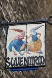 TALLINN ESTLAND JUNI 17, 2012: tecknet av souvenir shoppar på gatan av den gamla staden i Tallinn, Estland Arkivfoto