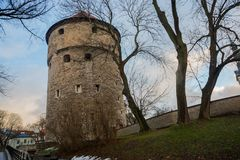 Tallinn, Estland: Kiek in de Kok Museum und in den Bastions-Tunnels in mittelalterlicher defensiver Stadtmauer Tallinns stockbild