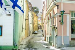 TALLINN, ESTLAND - MARS 03, 2013 - sikt av bastugatan och den Viru gatan i vår Historisk mitt av staden royaltyfri foto