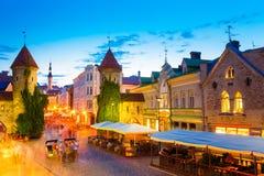Tallinn, Estland Mensen die dichtbij de Beroemde Poort van Oriëntatiepuntviru lopen royalty-vrije stock foto