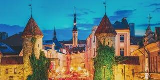 Tallinn, Estland Nachtmening van Viru-Poort - de Architectuur Estlands Kapitaal van de Deel Oud Stad Beroemd Oriëntatiepunt in Na royalty-vrije stock foto's