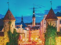 Tallinn, Estland Nachtmening van Viru-Poort - de Architectuur Estlands Kapitaal van de Deel Oud Stad Beroemd Oriëntatiepunt in Na stock afbeelding
