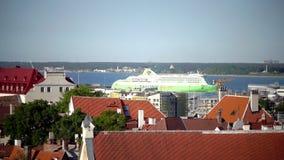 TALLINN, ESTLAND 5 SEPTEMBER, 2015: Mening van de oude stad op de passagiersveerboot die in de haven van Tallinn binnen aankomen stock footage