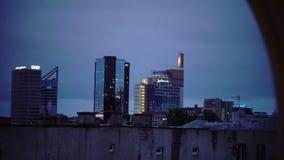 Tallinn, Estland 5 September, 2015: Nachtmening van de oude stad op moderne hotels in Tallinn, Estland stock video