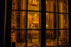 Tallinn, Estland: Statuen von Goldmittelalterlichen Rittern und -schiff mit Masten im Souvenirladen stockfotografie