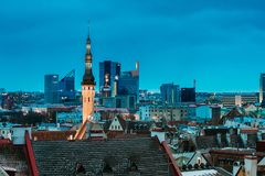 Tallinn, Estland Stedelijke toren van Stad Hall On Background With Modern royalty-vrije stock foto