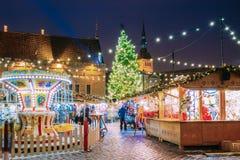 Tallinn, Estland Traditioneller Weihnachtsmarkt auf Stadt Hall Square Lizenzfreie Stockfotos
