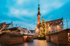 Tallinn, Estland Traditioneller Weihnachtsmarkt auf Stadt Hall Square - Raekoja flicht Weihnachtsbaum und Handels-Häuser Lizenzfreies Stockbild